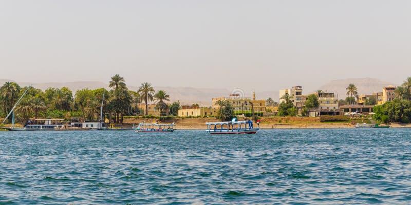 Vista de la costa costa de la ciudad del río Nilo con los veleros en Luxor, Egipto foto de archivo libre de regalías