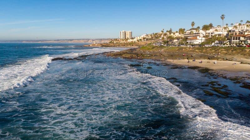 Vista de la costa desde arriba en La Jolla, California imagenes de archivo