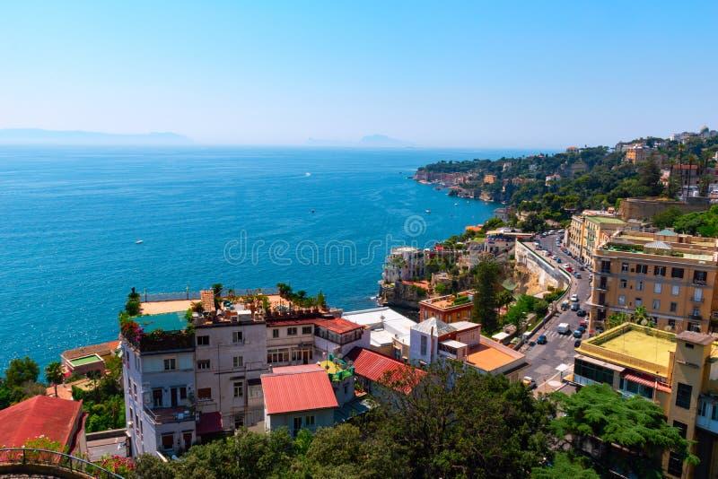 Vista de la costa de Nápoles en un día soleado claro Italia, Europa foto de archivo