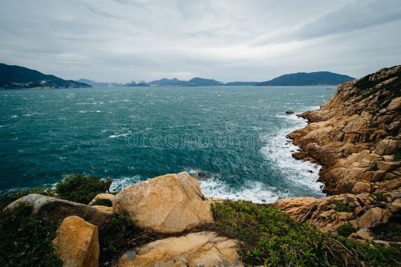 Vista de la costa rocosa en Tai Tau Chau, en Shek O, en Hong Kong Isl fotos de archivo libres de regalías