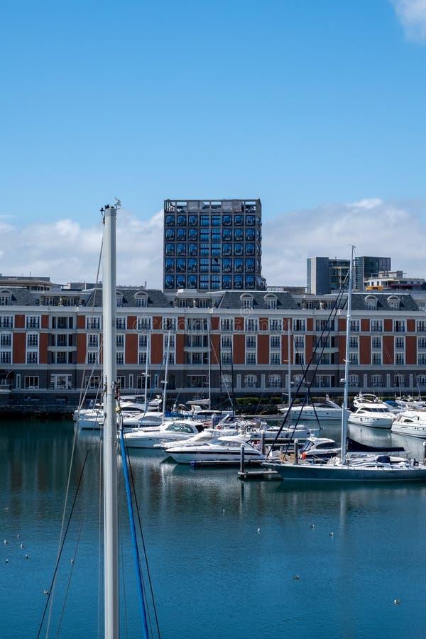 Vista de la costa de V&A, incluyendo el nuevo museo de Zeitz Mocaa de Art Africa contempor?neo, Cape Town, Sur?frica fotos de archivo