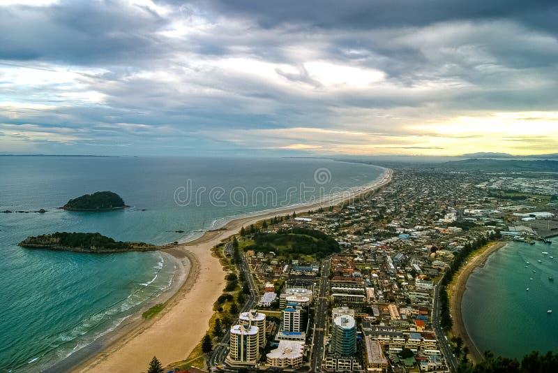 Vista de la costa y de la ciudad desde arriba del maunganui en Tauranga, Nueva Zelanda del soporte foto de archivo
