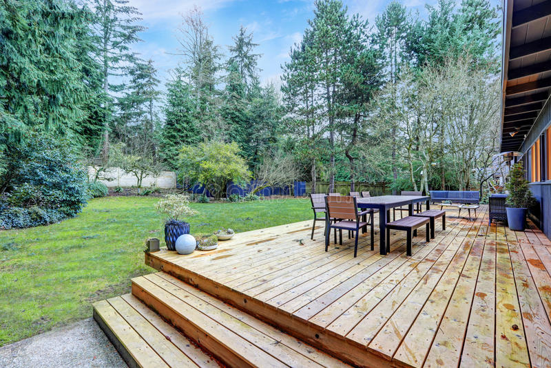 Vista de la cubierta trasera grande con muebles al aire libre foto de archivo libre de regalías