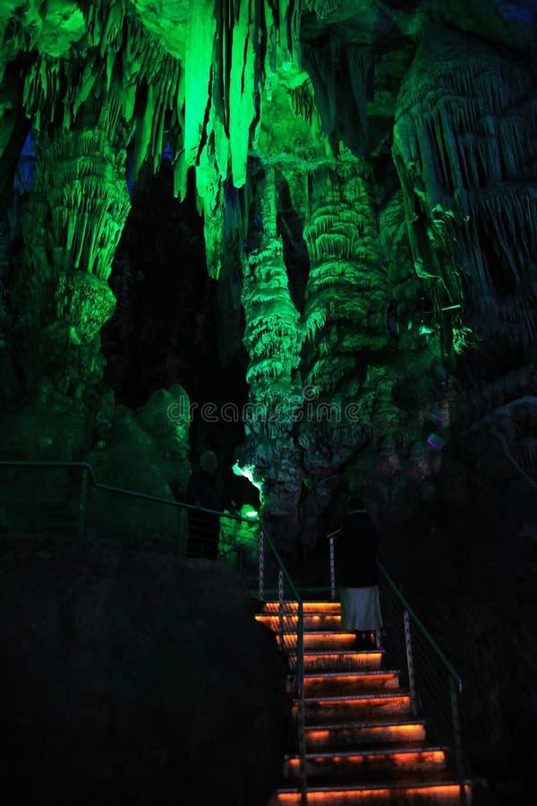 Vista de la cueva de San Miguel en Gibraltar imagenes de archivo
