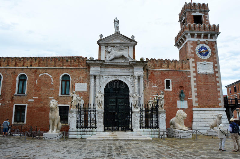 Vista de la entrada de Arsenale histórico, Venecia, Italia imagen de archivo