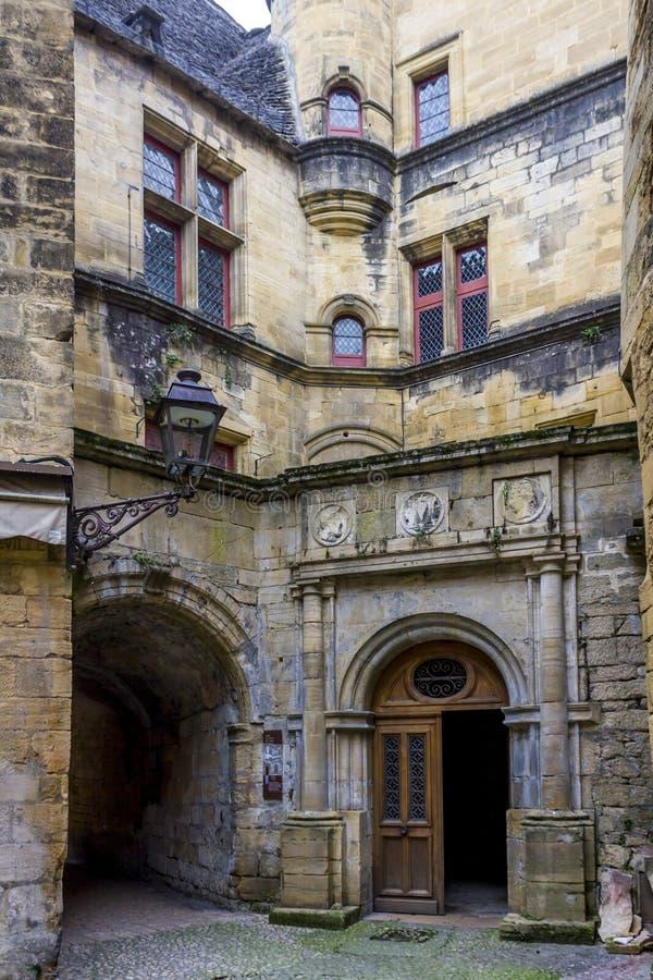 Vista de la entrada del hotel de Vienne, un edificio del siglo XVI del renacimiento en la ciudad fotografía de archivo