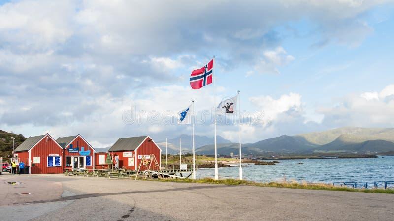 Vista de la entrada del puerto de Leknes, Lofoten, Noruega fotos de archivo libres de regalías