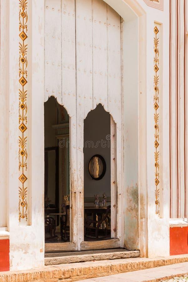 Vista de la entrada principal al edificio, Trinidad, Sancti Spiritus, Cuba Copie el espacio para el texto fotos de archivo