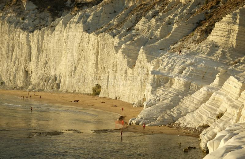 Vista de la escala de los turcos con los bañistas en la playa en la puesta del sol fotos de archivo