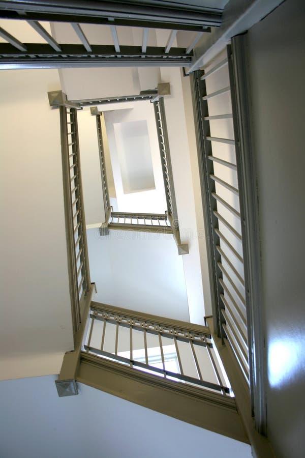Vista de la escalera que da vuelta que mira para arriba fotografía de archivo libre de regalías