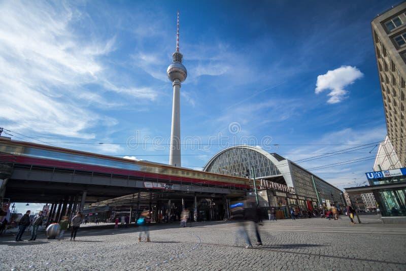 Vista de la estación de Alexanderplatz en Berlín, Alemania, con la estructura del berlinés Fernsehturm, el towe popular de la tel fotografía de archivo libre de regalías