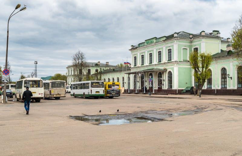 Vista de la estación de tren con los autobuses en los pasajeros que esperan cuadrados en Pskov, Rusia foto de archivo libre de regalías
