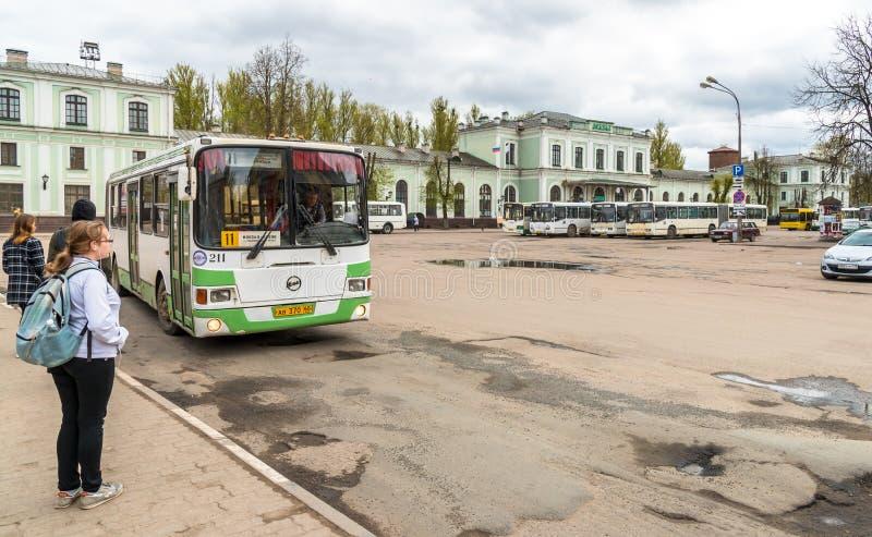 Vista de la estación de tren con los autobuses en los pasajeros que esperan cuadrados en Pskov, Rusia imagen de archivo