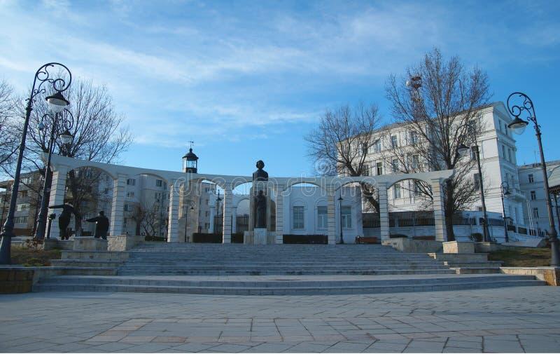 Vista de la estatua de Mihai Eminescu, gran escritor rumano imagen de archivo