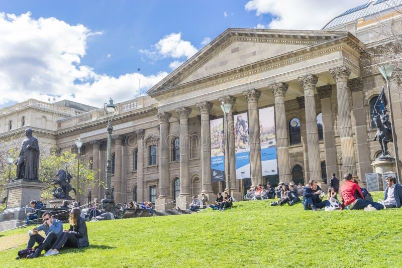 Vista de la fachada, de la parte del campo cercana a la red y del césped de la biblioteca estatal de Victoria en Melbourne fotografía de archivo