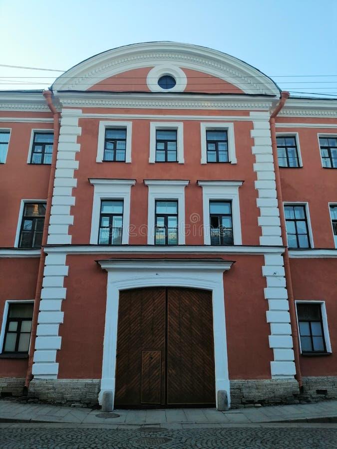 Vista de la fachada del edificio con las puertas de madera foto de archivo libre de regalías