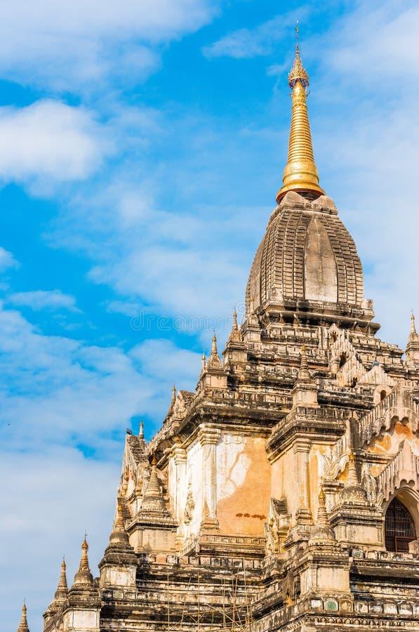Vista de la fachada del edificio del templo de Shwegugyi en Bagan, Myanmar Copie el espacio para el texto vertical fotografía de archivo