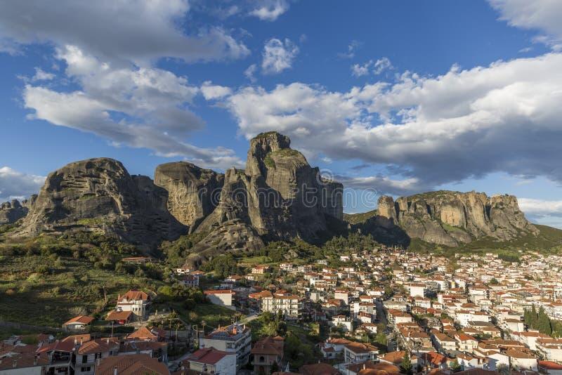 Vista de la formación de roca de Meteora y ciudad de Kalabaka fotografía de archivo