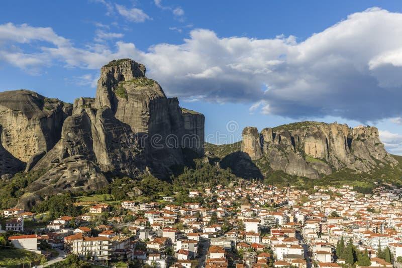 Vista de la formación de roca de Meteora y ciudad de Kalabaka imagen de archivo libre de regalías