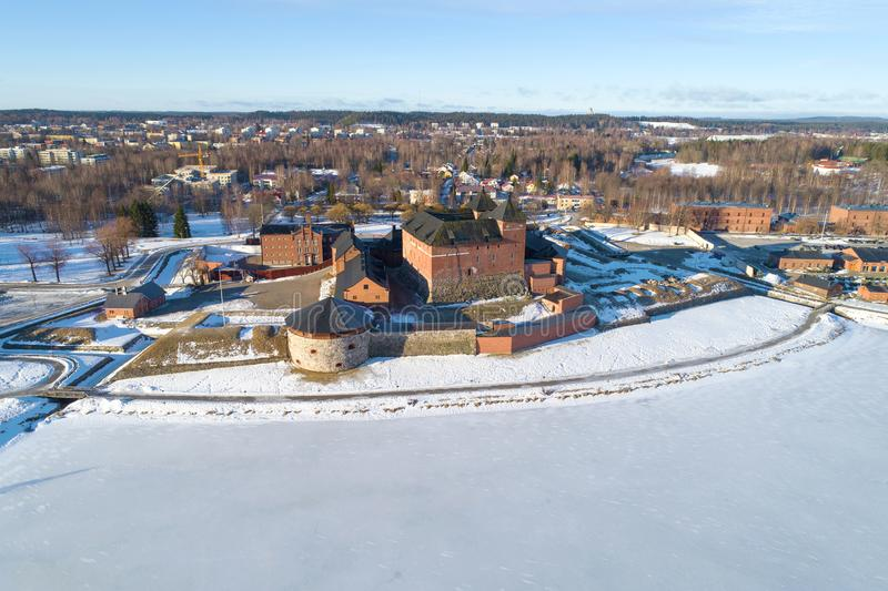 Vista de la fortaleza-prisi?n antigua de la ciudad de la encuesta sobre a?rea Hameenlinna finlandia imagen de archivo