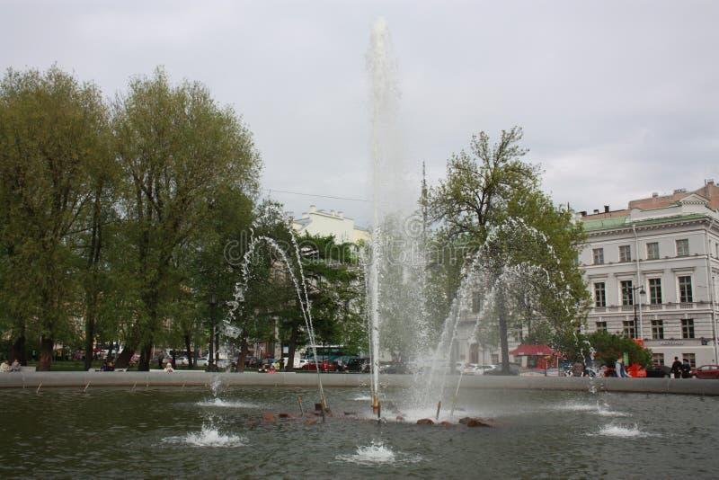 Vista de la fuente en el parque imagen de archivo