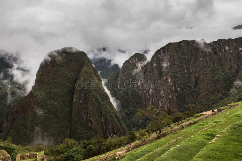 Vista de la garganta de la montaña en la ciudad de los incas fotos de archivo