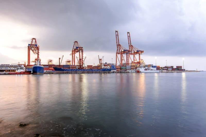 Vista de la grúa del puerto marítimo industrial de Mersin TURQUÍA MERSIN, TURQUÍA - imagen de archivo