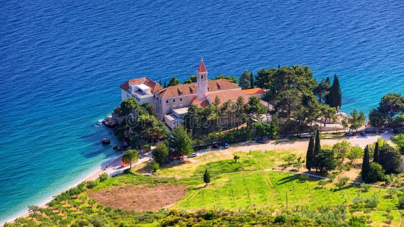 Vista de la hermosa bahía con playa y monasterio dominicano en Bol ciudad, isla de Brac, Croacia Monasterio dominicano de Bol, co fotografía de archivo libre de regalías
