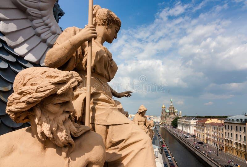 Vista de la iglesia del salvador de la sangre en el tejado donde hay esculturas hermosas en St Petersburg imagenes de archivo