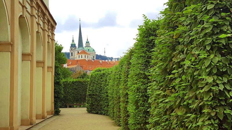 Vista de la iglesia del St Nicolás tomada del jardín de Wallenstein en Pragu foto de archivo