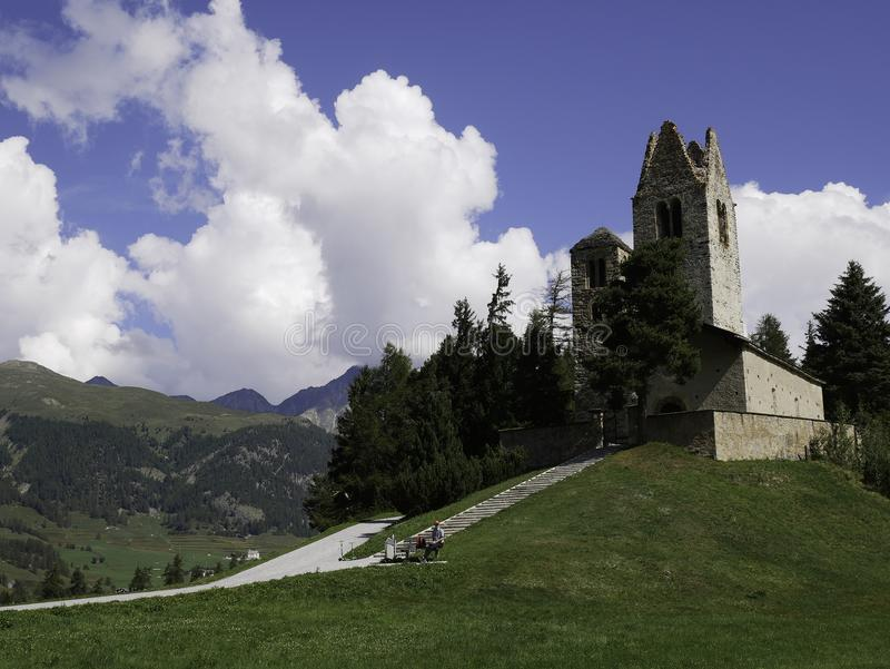 Vista de la iglesia hermosa y antigua de Celerina foto de archivo