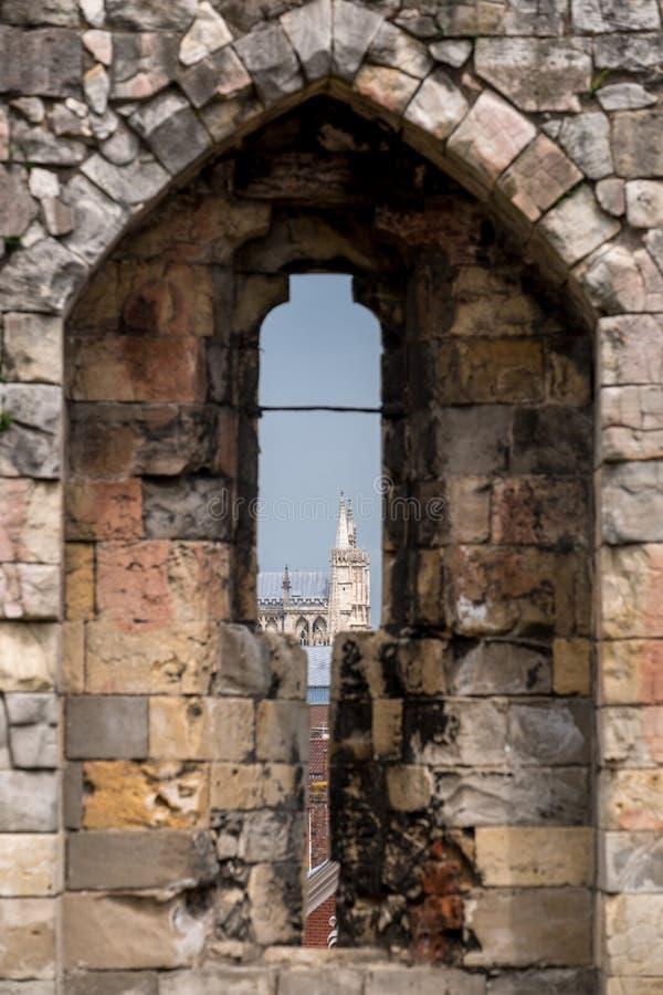 Vista de la iglesia de monasterio de York a través de la flecha rajada en la cima de la torre histórica del ` s de Clifford, Ingl imagen de archivo