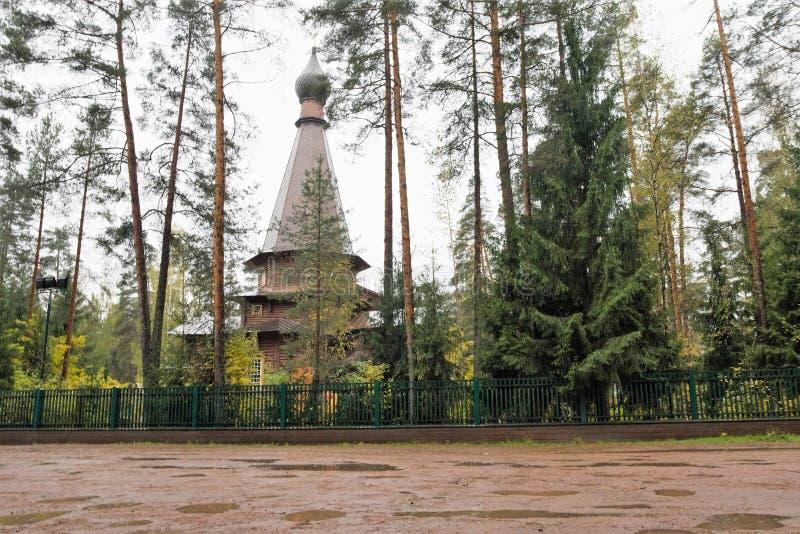 Vista de la iglesia ortodoxa rusa vieja en Gatchina, Rusia, en último otoño imagen de archivo