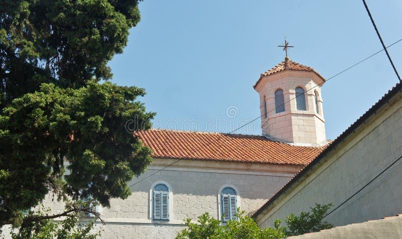 Vista de la iglesia de piedra en la calle de la ciudad vieja, arquitectura hermosa, día soleado, fractura, Dalmacia, Croacia foto de archivo