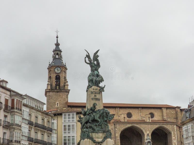 VISTA DE LA IGLESIA DE SAN MIGUEL Y DEL MONUMENTO A LA BATALLA DE VITORIA fotos de archivo libres de regalías
