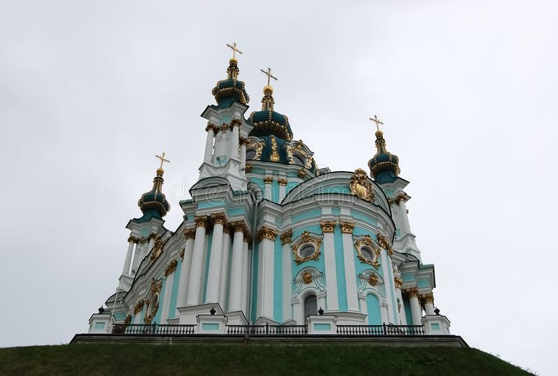 Vista de la iglesia de St Andrew contra el cielo en Kiev imagen de archivo