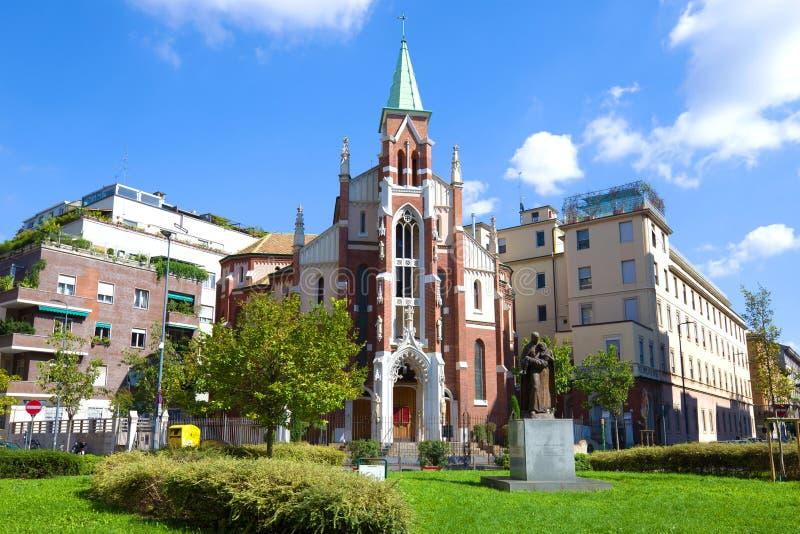 Vista de la iglesia de St Camilla de Lellis en un día soleado de septiembre Milán, Italia fotografía de archivo