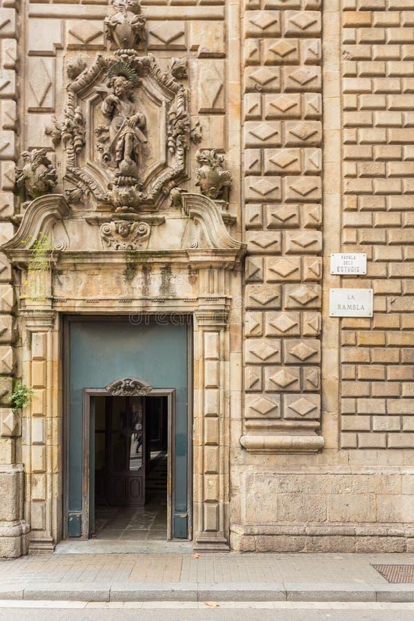 Vista de la iglesia de St Mary de Belén en el La Rambla, Barcelona, España imagenes de archivo