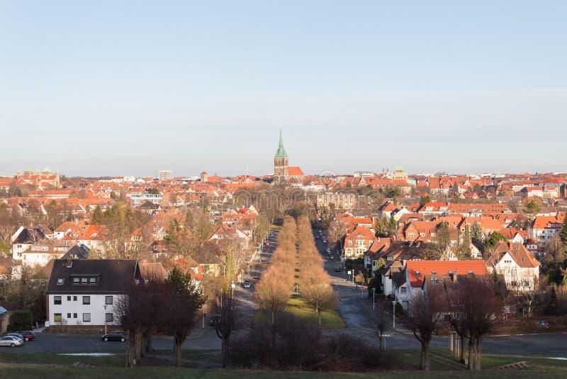 Vista de la iglesia y de los tejados alemanes de la ciudad de Hildesheim fotos de archivo