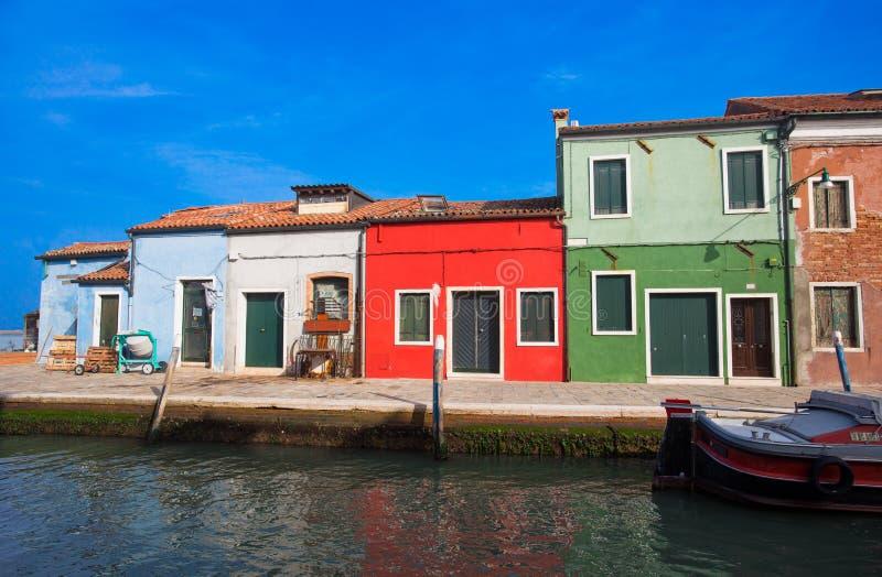 Vista de la isla de Burano, una pequeña isla dentro del área de Venecia Venezia, famosa por la fabricación de cordón y sus casas  foto de archivo libre de regalías