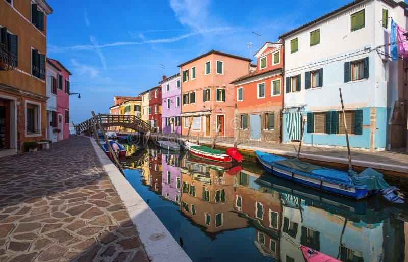 Vista de la isla de Burano, de una pequeña isla dentro del área de Venecia Venezia, de Italia, de famosas por la fabricación de c fotos de archivo