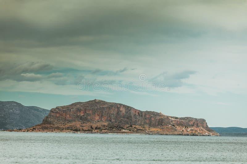 Vista de la isla de Monemvasia en Grecia foto de archivo