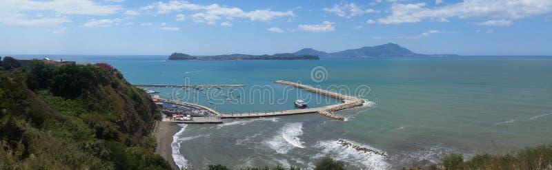 Vista de la isla de Procida y de isquiones y del puerto de Monte di Procida imagen de archivo