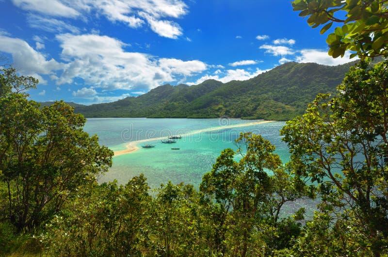 Vista de la isla tropical con la isla de la serpiente. EL Nido, Philippi foto de archivo