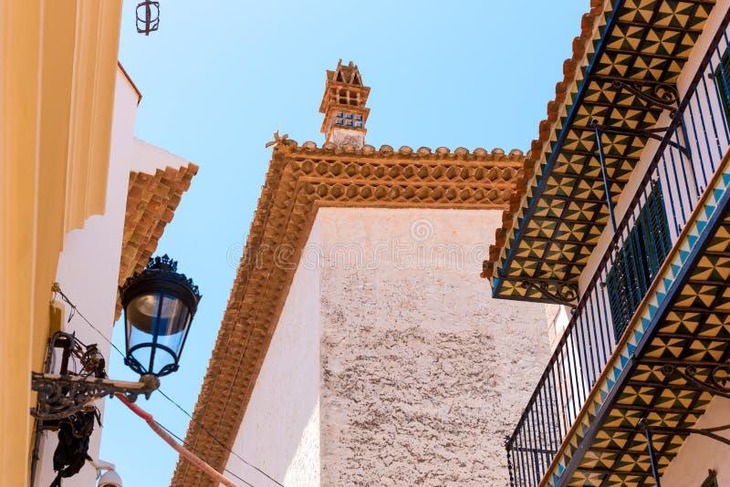 Vista de la lámpara de calle y de las tejas españolas en la parte inferior de balcones en el centro histórico de Sitges, Barcelon foto de archivo