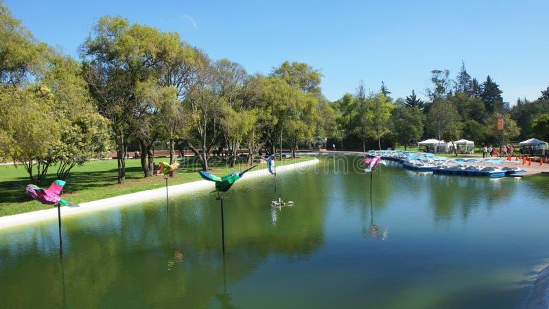 Vista de la laguna en el La Carolina Park en el norte de la ciudad de Quito imagenes de archivo