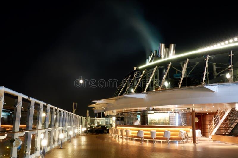 Vista de la luna en la noche de la cubierta del barco de cruceros fotografía de archivo