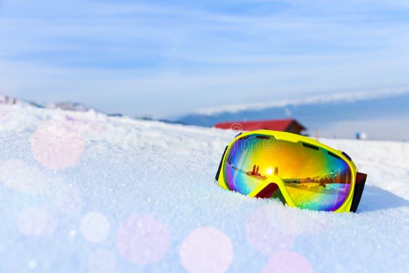 Vista de la máscara de esquí con la reflexión de la montaña fotos de archivo libres de regalías