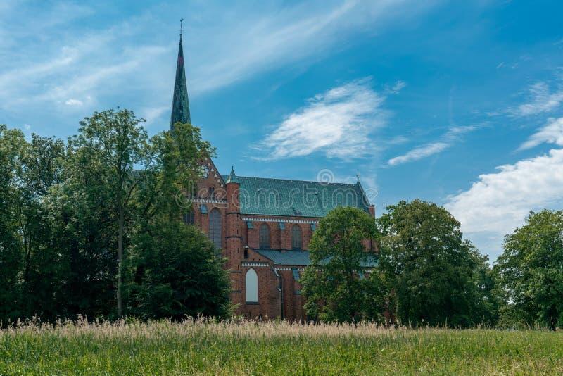 Vista de la mala catedral gótica de Doberan en un día soleado brillante foto de archivo
