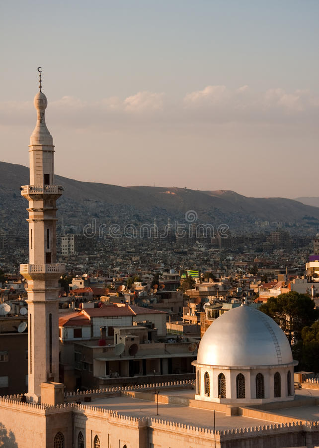 Vista de la mezquita contra la ladera imagenes de archivo